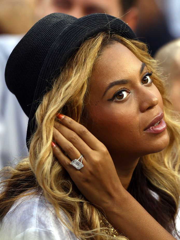 Beyonce-shows-off-her-massive-engagement-ring-given-to-her-by-Jay-Z-1834255